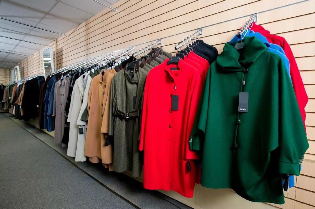 Выбор пальто в магазине 1
