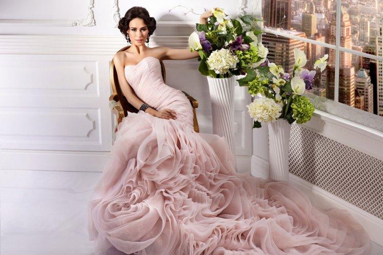 Подходит ли цветное свадебное платье невесте3